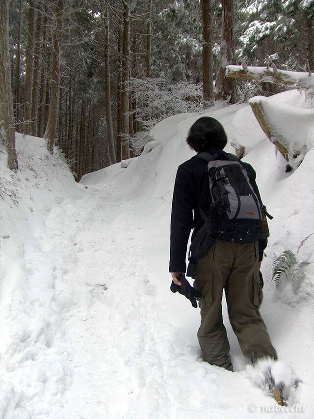 大雪かき分け進む金剛登山