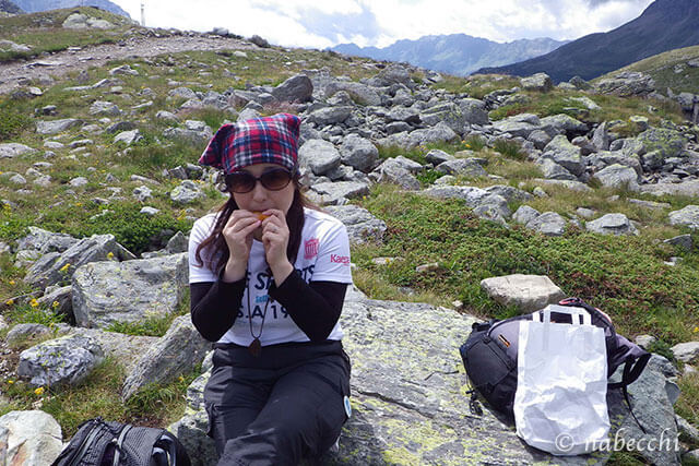 ベルニナ線ハイキング 岩場でランチ