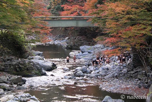 紅葉の中、川遊び