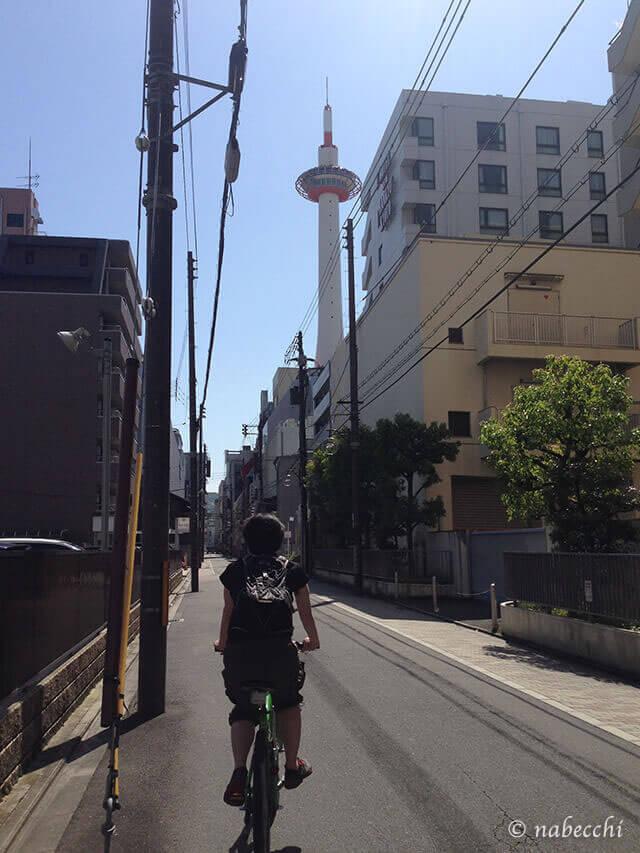京都タワーに向かってサイクリング