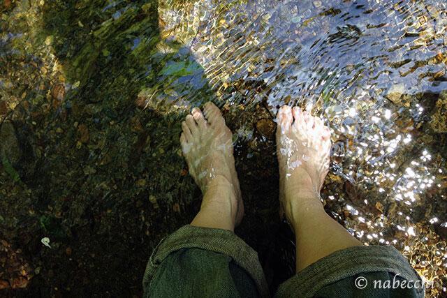 川に足を浸す