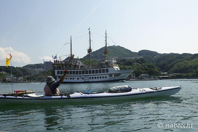 九十九島シーカヤック 遊覧船「パールクィーン」遭遇