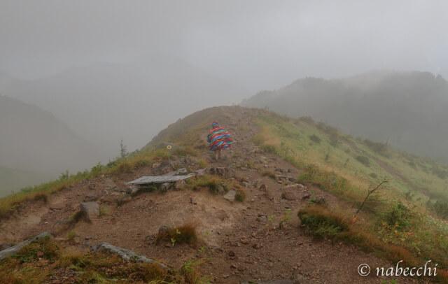 霧の中ポンチョ着て登る焼岳