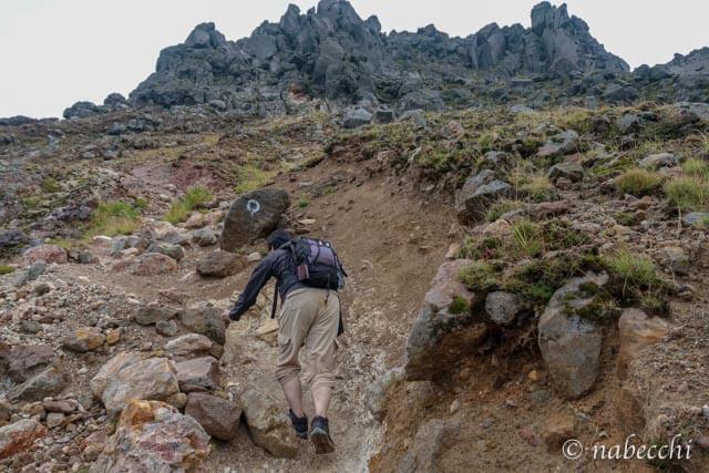ゴロゴロとした岩場の焼岳