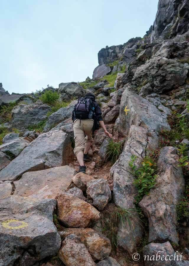焼岳登山 大きな岩をよじ登る