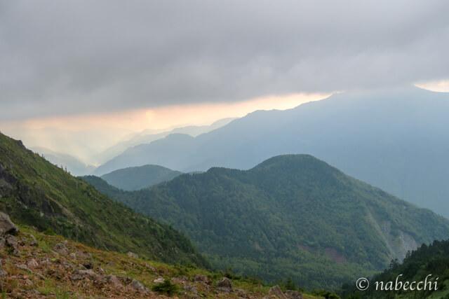 焼岳から見る山々