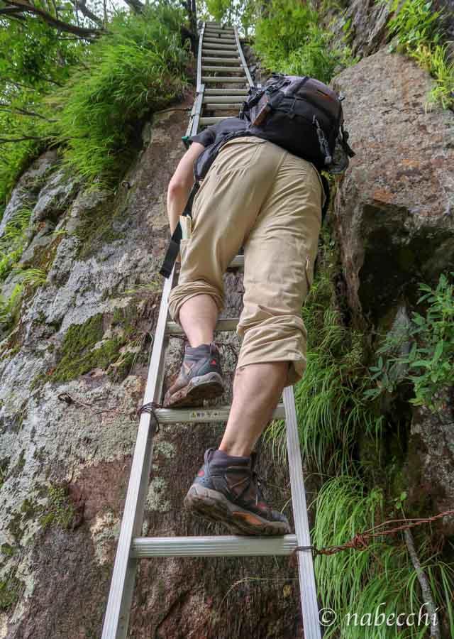 焼岳登山道 大ハシゴに登る