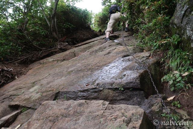焼岳登山道 岩盤をよじ登る