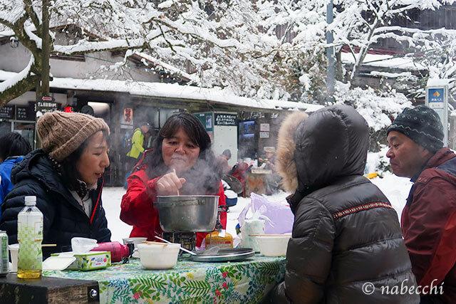 雪山登山で鍋パーティー