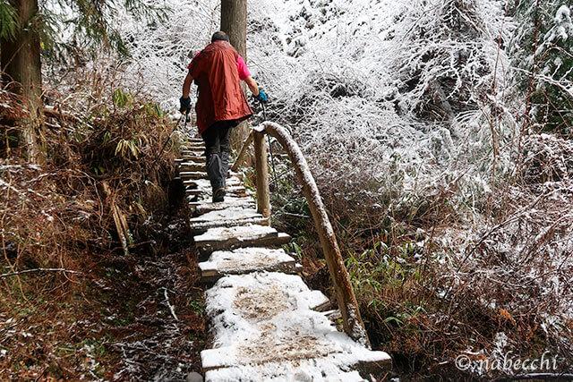 雪が積もって滑りやすい金剛山レインボーブリッジ